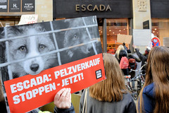 Demonstration gegen den Pelzhandel bei der Modekette ESCADA in der Hamburger Innenstadt. Protestplakat: ESCADA - Pelzverkauf stoppen - jetzt!