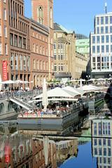 Bilder aus der Hamburger Innenstadt - Stadtteil Neustadt. Gastronomieponton mit großen weissen Sonnenschirmen auf dem Bleichenfleet.