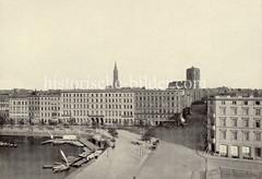 Historische Ansicht von der Hamburger Altstadt - Blick über die Reesendammbrücke zur  Petrikirche und Jakobikirche. Ruderboote und Segelboote liegen an einem Holzsteg.