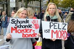 Demonstration gegen den Pelzhandel bei der Modekette ESCADA in der Hamburger Innenstadt. Demonstrantinnen mit Protestplakaten: Schande, Schande Mörderbande + Pelz ist Mord.