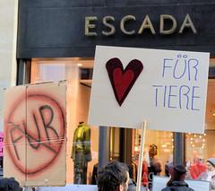 Demonstration gegen den Pelzhandel bei der Modekette ESCADA in der Hamburger Innenstadt. Protesplakat vor ESCADA: Herz für Tiere.