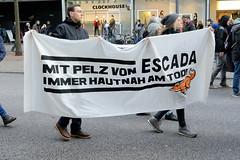 Demonstration gegen den Pelzhandel bei der Modekette ESCADA in der Hamburger Innenstadt. Transparent: Mit Pelz von ESCADA immer hautnah am Tod!