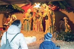 Fotos aus dem Hamburger Stadtteil Niendorf, Bezirk Eimsbüttel. Weihnachtsmarkt am Tibarg, der Einkaufsstraße Niendorfs - Darstellung der Geburt Christis mit Holzfiguren, Krippenfiguren.