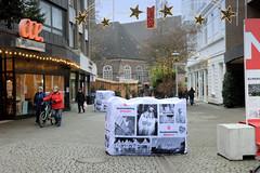 Bilder aus der Stadt Elmshorn, Metropolregion Hamburg. Große Betonklötze, die mit Fotos des Stadtmarketings verdeckt sind, sollen den Weihnachtsmarkt Elmshorns vor einem terroristischen LKW-Anschlag schützen.