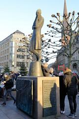 Denkmal von Heinrich Heine auf dem Rathausmarkt in der Hamburger Innenstadt - Altstadt.