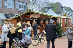 Fotos aus dem Hamburger Stadtteil Niendorf, Bezirk Eimsbüttel. Weihnachtsmarkt am Tibarg, der Einkaufsstraße Niendorfs,  Stand mit Glühwein + Getränken.