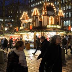 Weihnachtsmärkte in der Hambuger Innenstadt - Altstadt. Weihnachtsmarkt mit beleuchten Marktbuden auf dem Gerhart-Hauptmann-Platz.