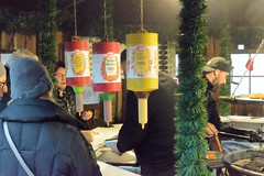 Fotos aus dem Hamburger Stadtteil Niendorf, Bezirk Eimsbüttel. Weihnachtsmarkt am Tibarg, der Einkaufsstraße Niendorfs,  Stand mit Grillwürstchen.