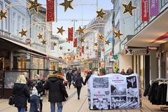 Bilder aus der Stadt Elmshorn, Metropolregion Hamburg. Blick in die weihnachtlich geschmückte Königstraße - Betonklötze mit Fotos des Stadtmarketings sollen Elmshorn vor einem terroristischen LKW-Anschlag schützen.