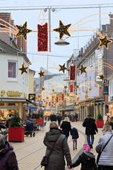 Bilder aus der Stadt Elmshorn, Metropolregion Hamburg. Blick in die weihnachtlich geschmückte Königstraße, Einkaufsstraße der Stadt.