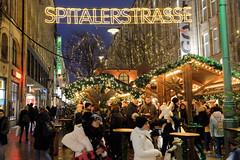 Weihnachtsmärkte in der Hambuger Innenstadt - Altstadt. Stand mit Glühwein unter dem leuchtenden Schriftzug der Spitalerstraße.