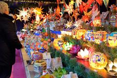 Weihnachtsmärkte in der Hambuger Innenstadt - Altstadt. Marktstand mit beleuchteten Weihnachtssternen und bunten Lichtern am Jungfernstieg.