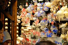 Weihnachtsmärkte in der Innenstadt - Altstadt von Hamburg. Stand auf dem Weihnachtsmarkt auf dem Hamburger Rathausplatz mit bunten Weihnachtskugeln / Glaskugeln.