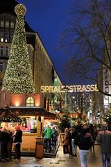 Weihnachtsmärkte in der Hambuger Innenstadt - Altstadt. Beleuchter Tannenbaum / Weihnachtsbaum auf dem Hamburger Weihnachtsmarkt auf der Spitaler Straße.
