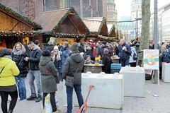 Weihnachtsmärkte in der Innenstadt - Altstadt von Hamburg. Betonblöcke sichern den Weihnachtsmarkt an der Petrikirche gegen terroristische Anschläge.