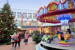 Bilder aus der Stadt Elmshorn, Metropolregion Hamburg. Weihnachtsmarkt am Alten Markt an der Nikolaikirche - mit bunten Kugeln geschmückter Tannenbaum, Kinderkarussell.