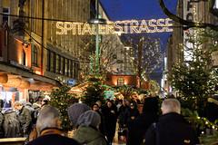 Weihnachtsmärkte in der Hambuger Innensstadt - Altstadt. Beleuchteter Schriftzug Spitalerstaße und dichtes Gedränge auf dem Weihnachtsmarkt in der FussgängerInnenzone