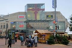 Fotos aus dem Hamburger Stadtteil Niendorf, Bezirk Eimsbüttel. Weihnachtsmarkt am Tibarg, der Einkaufsstraße Niendorfs, im Hintergrund die festlich geschmückte Fassade vom Tibarg Center.