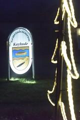 Beleuchtetes Schild vom Gemeindezentrum Kayhude mit Wappen.