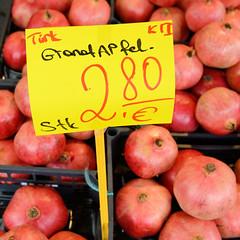 Fotos aus dem Hamburger Stadtteil Niendorf, Bezirk Eimsbüttel. Obst- und Gemüsestand am Tibarg, der Einkaufsstraße Niendorfs - Stand mit  Granatäpfeln aus der Türkei.