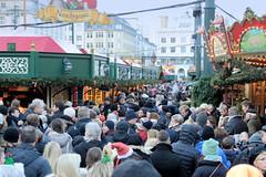Weihnachtsmärkte in der Innenstadt - Altstadt von Hamburg. Dichtes Gedränge vom Besucher*innen des Weihnachtsmarkt auf dem Hamburger Rathausmarkt.
