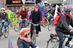 Fahrrad Swarming von Extiction Rebellion XR in Hamburg Bergedorf am 18.01.2020 - der Kreisverkehr beim Bahnhof wurde mit Fahrradfahrer*innen blockiert.