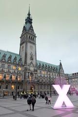 Blick über den Rathausplatz zum Hamburger Rathaus - das beleuchtete X soll darauf hinweisen, bei der bevorstehenden Hamburger Bürgerschaftswahl wählen zu gehen.
