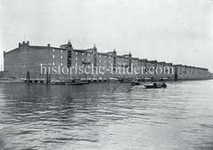 Die Speichergebäude G, F und H am Dessauer Ufer vom Saalehafen im Hamburger Freihafengebiet.