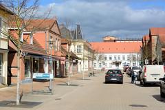 Die Stadt Ludwigslust liegt im Landkreis Ludwigslust-Parchim in Mecklenburg-Vorpommern. Blick in die Lindenstraße, eine der Hauptgeschäftsstraße von Ludwigslust; verkehrsberuhigte Zone mit abgesenkten Bordsteinen und bewirtschafteten Parkplätzen.