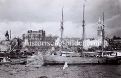 Segelschiff vor den St. Pauli Landungsbrücken - historisches Foto, ca. 1936.