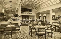 Lustdampfer Viktoria Luise der Hamburg Amerika Linie, erbaut 1900. Gesellschaftshalle mit Bibliothek.