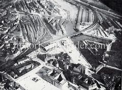 Historische Luftaufnahme vom Hamburger Stadtteil Hammerbrook. Im Vordergrund wird das Kontorhausviertel errichtet - dahinter der Deichtorplatz mit Markthalle. Rechts die Ericusspitze mit Ericusgraben, dahinter der Hannoversche Bahnhof.