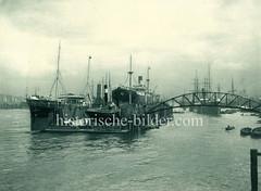 Schwimmdock auf der Elbe - Schiffswerft / Maschinenfabrik Heinrich Brandenburg; im Hintergrund Panorama von Hamburg.
