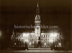 Alte Fotografie vom Hamburger Rathaus bei Nacht.