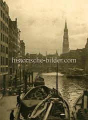 Historische Ansicht vom Nikolaifleet - Kähne beliefern den Hopfenmarkt mit Gemüse; im Hintergrund die Reimersbrücke und der Kirchturm der St. Katharinenkirche.