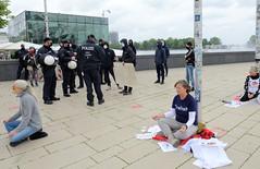 Meditationsdemonstration - Hygienedemo gegen Coronamaßnahmen in Hamburg; Protestaktion.