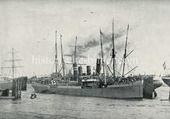 Ein Dampfer der Wörmann-Reederei liegt mit Schutztruppen für Süd-Westafrika im Hamburger Strandhafen zur Abfahrt bereit.