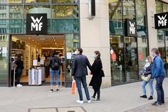 Einkaufen in der Hamburger City - Schlange stehen mit Abstand und Mundschutz vor Geschäften.