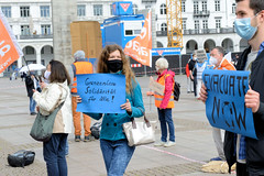 Die Flüchtlingshilfesorganisaion Seebrücke demonstriert mit der Forderung - Leave no one behind-  am 23.05.2020 auf dem Hamburger Rathausmarkt.