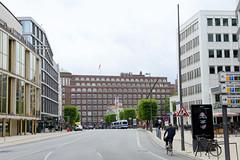 Bilder der Architektur in der Hamburger Dammtorstraße, Stadtteil Neustadt - Bezirk Hamburg Mitte. Blick durch die Dammtorstraße zum Gebäude der Oberfinanzdirektion am Gänsemarkt - das Deutschlandhaus ist abgerissen.