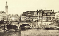 Historische Bilder vom Messberg in der Hamburger Altstadt, Innenstadt. Blick auf die Wandrahmbrücke und den Zollkanal; der Raddampfer MAIBLUME liegt am Kai und auch die Barkasse Tatenberg hat dort fest gemacht - davor mit Körben beladene Schuten.