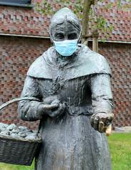 Bronzedenkmal der Zitronenjette mit Mundschutz zur Zeiten der Corona - Covid 19 - Pandemie an der Ludwig Erhard Straße in der Hansestadt Hamburg 2020.
