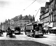 Historische Bilder vom Messberg in der Hamburger Altstadt, Innenstadt. Straßenbahnen am Meßberg / Dovenfleet - die Linie 21  fährt zur Wasserkunst, die Nr. 26 ist eine Ringbahn. Pferdefuhrwerke fahren auf dem Kopfsteinpflaster.