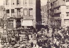 Historische Bilder vom Messberg in der Hamburger Altstadt, Innenstadt. Bauernmarkt auf dem Messberg; am Brunnenrand des Vierländer Brunnens sitzen zwei Jungen. Der Brunnen wurde 1878 errichtet; unter einem schmiedeeisernen Baldachin