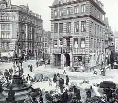 Historische Bilder vom Messberg in der Hamburger Altstadt, Innenstadt; lks. der Vierländer Brunnen am Meßberg. Die Brunnenanlage wurde 1878 errichtet; unter einem schmiedeeisernen Baldachin steht eine in ihrer Tracht gekleidete Vierländerin aus S