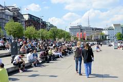 Alster-Anleger am Hamburger Jungfernstieg zu Zeiten der Corona Seuche 2020 - Hygienemassnahme u.a. Abstand halten.
