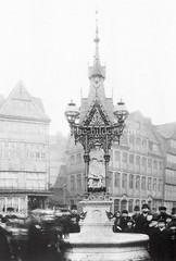 Historische Bilder vom Messberg in der Hamburger Altstadt, Innenstadt. Menschen stehen am Vierländerin-Brunnen auf dem Marktplatz vom Meßberg. Der Brunnen entstand 1878 nach Plänen von Friedrich Johann Lorenz Meyer.