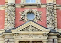 Bilder der Architektur in der Hamburger Dammtorstraße, Stadtteil Neustadt - Bezirk Hamburg Mitte. Relief über dem Eingang der alten Oberpostdirektion, erbaut 1887.