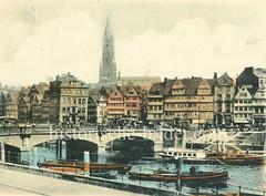 Historische Bilder vom Messberg in der Hamburger Altstadt, Innenstadt. Blick auf die Wandrahmbrücke aus Stein mit den drei Bögen, die den Zollkanal überqueren; ein Schlepper zieht einen Kahn, Barkassen liegen an der Kaimauer beim Messberg.
