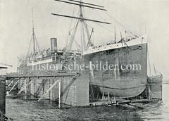 Der Dampfer Dania liegt in der Reiherstiegwerft im Hamburger Hafen.